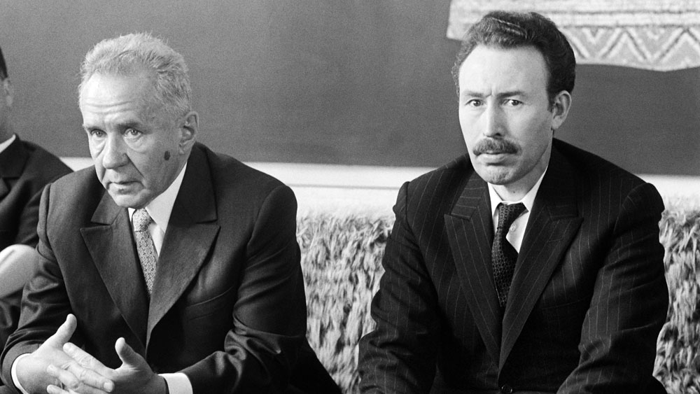 Houari Boumediene (R) meets with Soviet Prime Minister Alexei Kosygin (L) on October 5, 1971