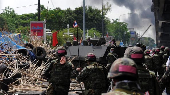 Soldiers confront red shirt protesters in Bangkok on May 19, 2010, when 91 people were killed